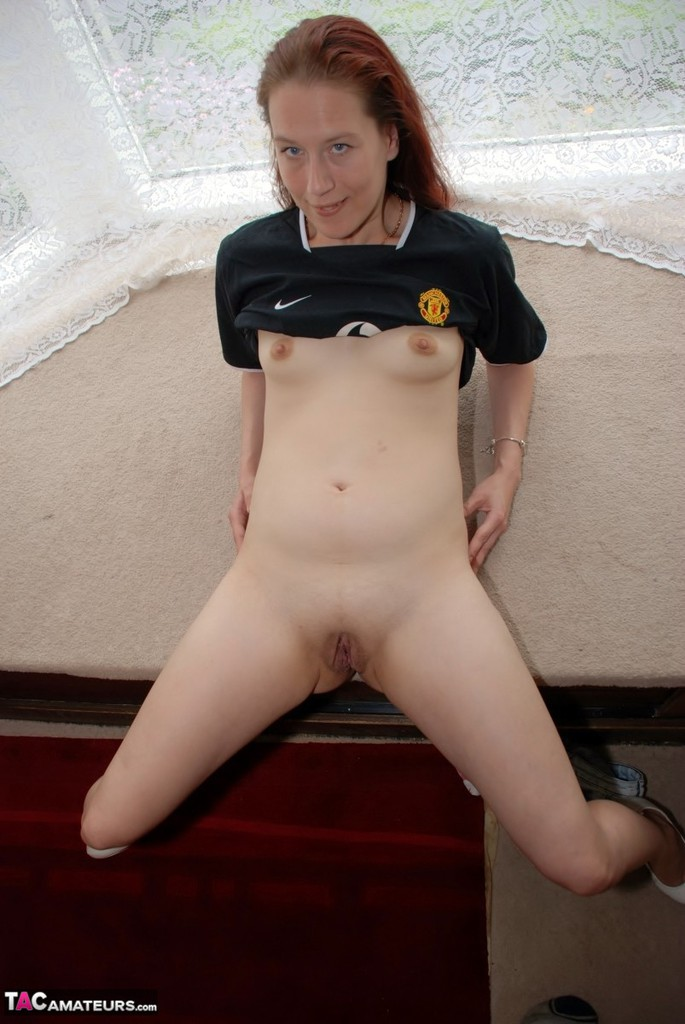 Manchester United slag bends over and drops her draws